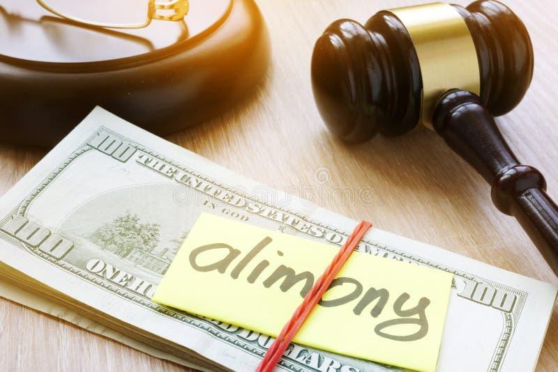 Alimente auf einem Gerichtsschreibtisch Scheidungs- und Trennungskonzept stockbilder