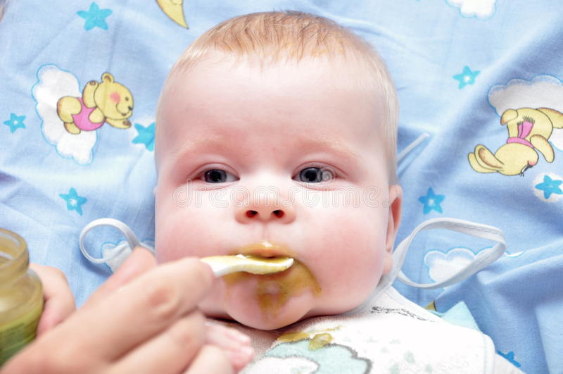 Alimenter de l'enfant photo stock
