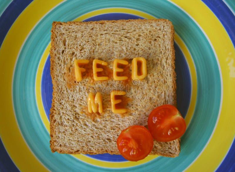 Alimentez-moi les mots sur le pain grillé photos libres de droits