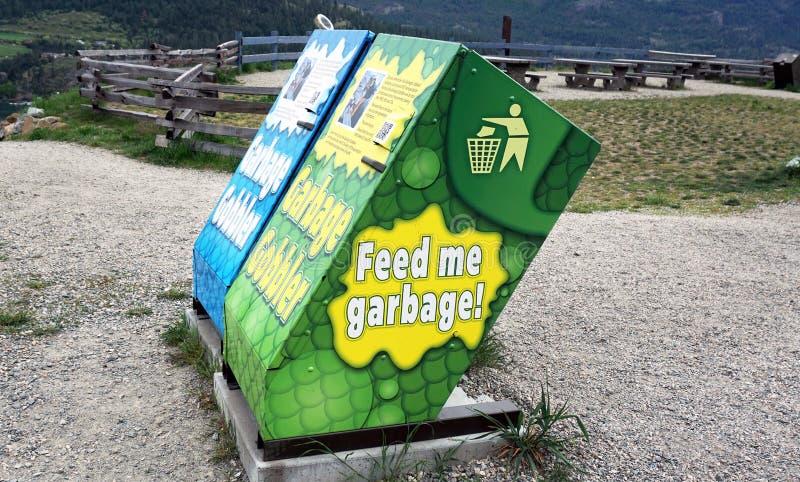 Alimentez-moi les poubelles image libre de droits