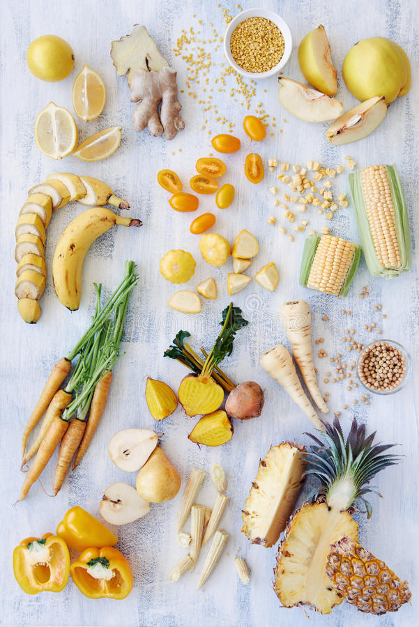 Alimenti crudi ed organici gialli immagine stock