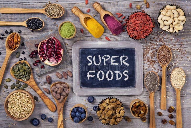 Alimenti eccellenti in cucchiai e ciotole immagini stock libere da diritti