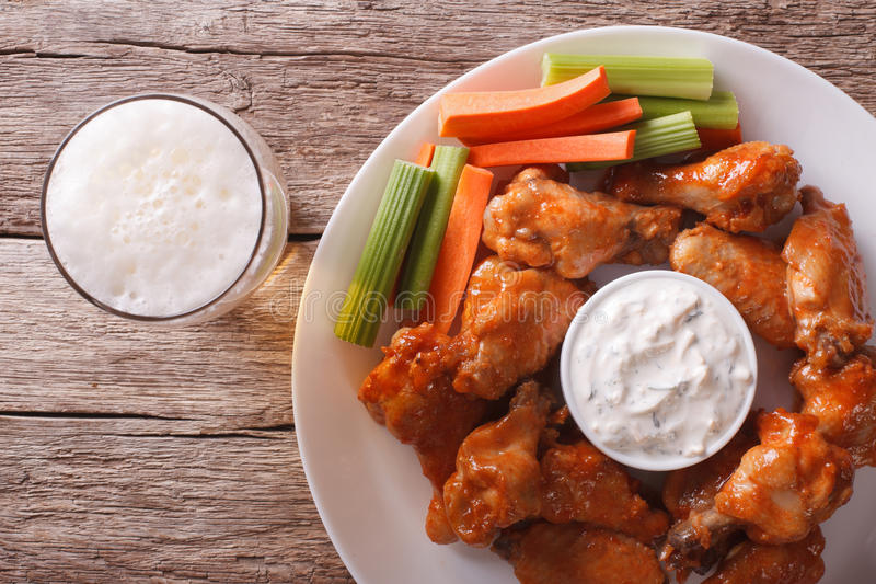 Alimenti a rapida preparazione americani: ali di bufalo e orizzontale del primo piano della birra a immagini stock libere da diritti