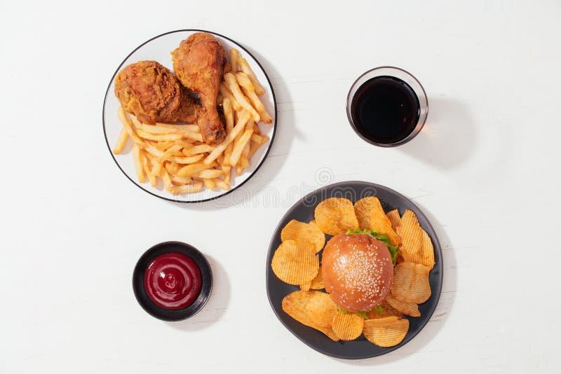 Alimenti a rapida preparazione del colesterolo ricco su bianco immagine stock
