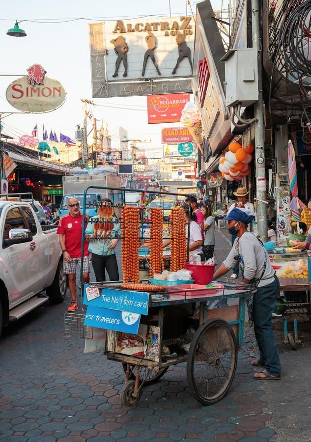 Alimenti a rapida preparazione del venditore su un carretto immagine stock libera da diritti