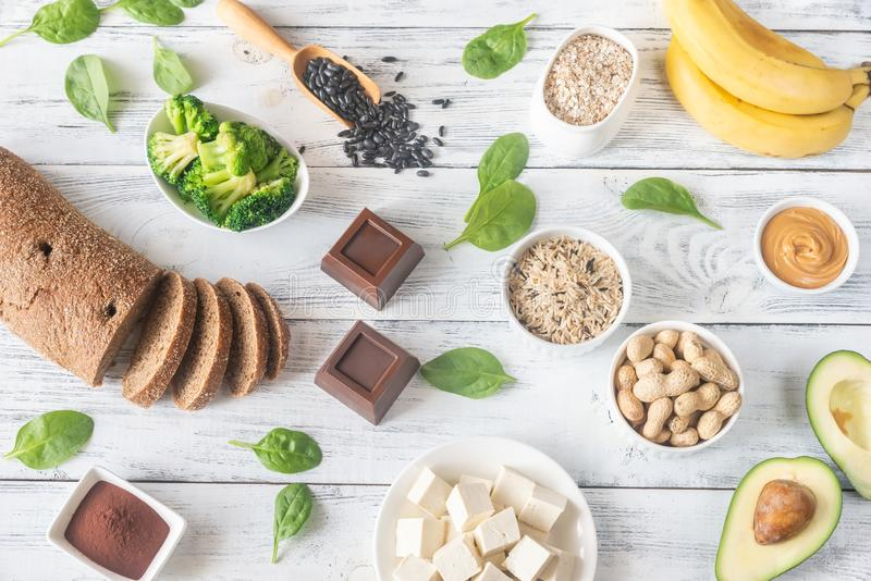alimenti ricchi di magnesio sulla tavola di legno immagini stock