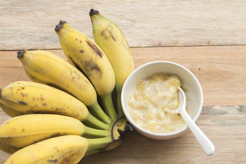 Alimenti sani schiacciati della banana per il bambino immagine stock