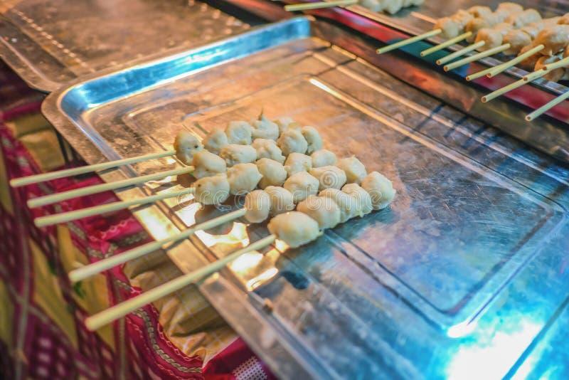 Alimento 'almôndega grelhada 'da rua de Tailândia na feira do templo imagem de stock