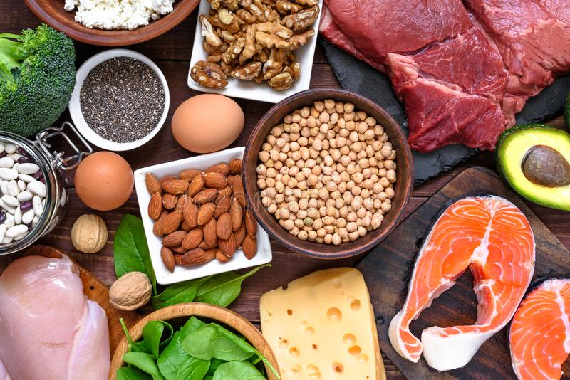 Alimento ad alta percentuale proteica - pesce, carne, pollame, dadi, uova e verdure Concetto sano di dieta e di cibo immagini stock