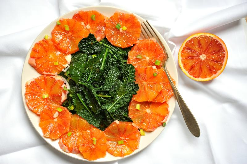 Alimento alcalino, saudável, simples: couve e salada vermelha da laranja pigmentada imagem de stock