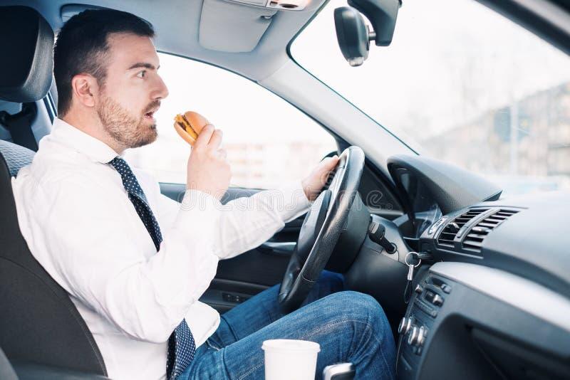 Alimento antropófago da engorda e a condução assentada no carro foto de stock