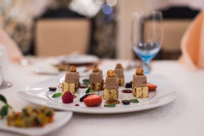 Alimento apetitoso em uma tabela de banquete imagem de stock royalty free