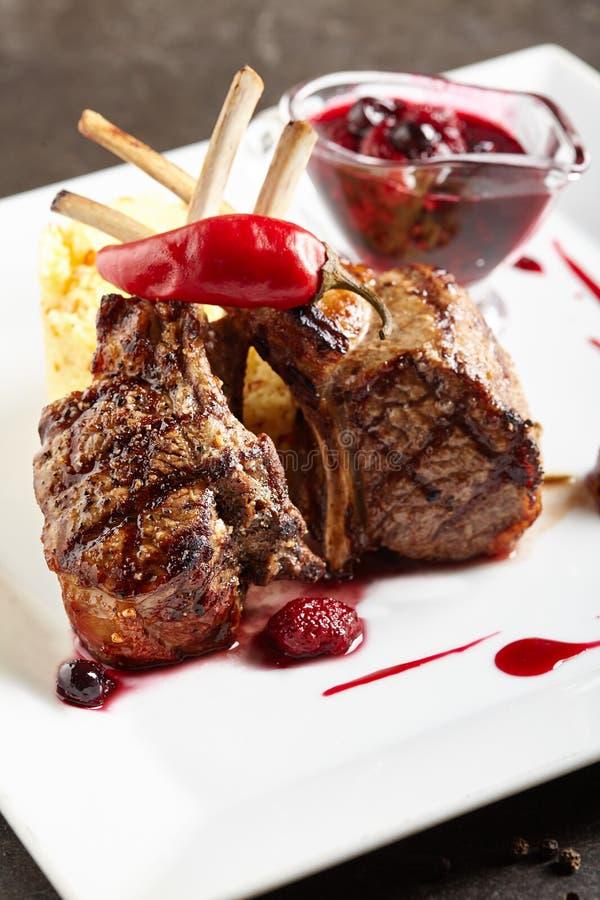 Alimento arrostito del ristorante - barbecue del carrè di agnello immagine stock