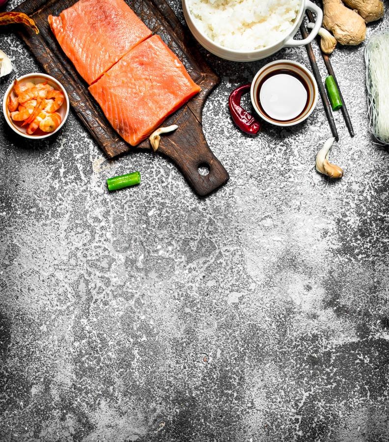 Alimento asiático Arroz hervido con un pedazo de salmones y de una variedad de ingredientes En fondo rústico imagen de archivo libre de regalías