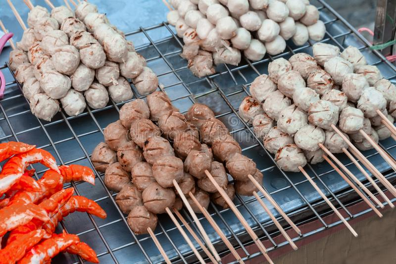 Alimento asiático da bola de carne no mercado de rua da noite de Tailândia Bola feita pela carne de porco, pela galinha e pelo ca fotografia de stock royalty free