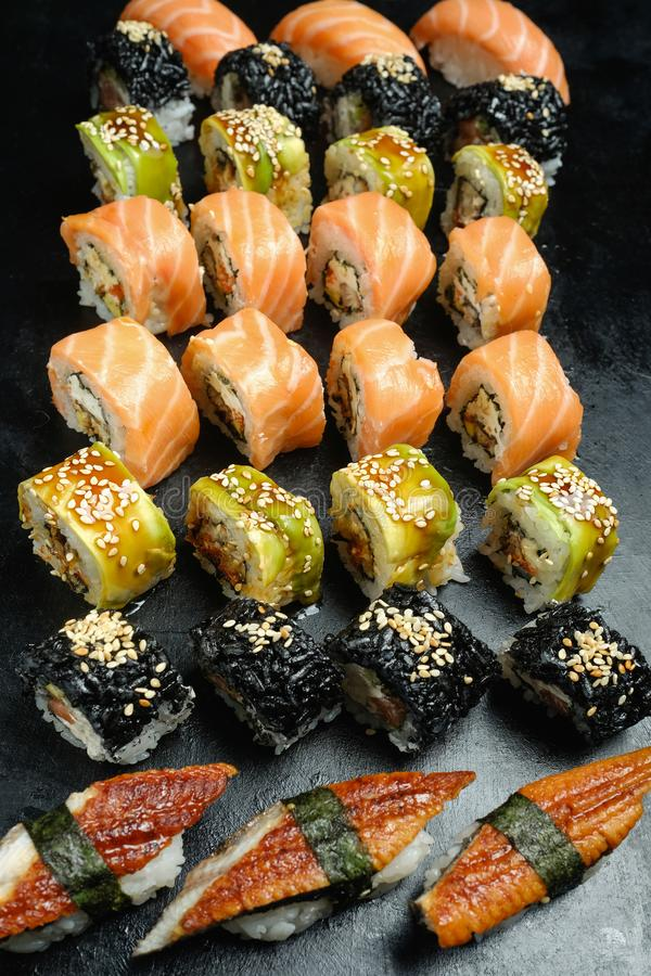 Alimento asiático do japonês da culinária da mistura ajustada do sushi imagens de stock royalty free