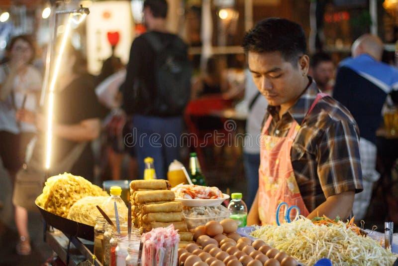 Alimento asiático fritado do macarronete na rua em Banguecoque, Tailândia fotos de stock