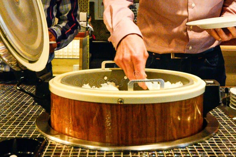 Alimento asiático misturado no buffé do restaurante fotos de stock royalty free