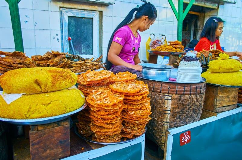 Alimento asiático tradicional da rua, Kyaiktiyo, Myanmar foto de stock