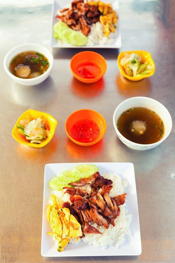 Alimento asiático tradicional Huevos revueltos frescos con arroz y carne asada a la parilla foto de archivo libre de regalías