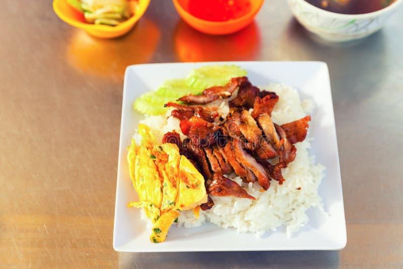 Alimento asiático tradicional Huevos revueltos frescos con arroz y carne asada a la parilla fotos de archivo libres de regalías