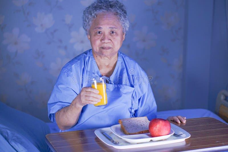 Alimento asiatico della signora anziana della donna della prima colazione paziente senior o anziana di cibo con speranza e felice fotografia stock libera da diritti