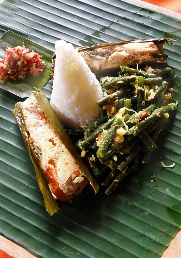 Alimento asiatico etnico, piatto di pesci con riso immagini stock libere da diritti