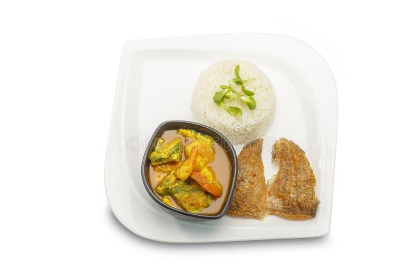 Alimento asiatico L'omelette ed il gamberetto di permesso di Accacia in tamarindo condiscono la minestra con riso su fondo bianco fotografia stock libera da diritti