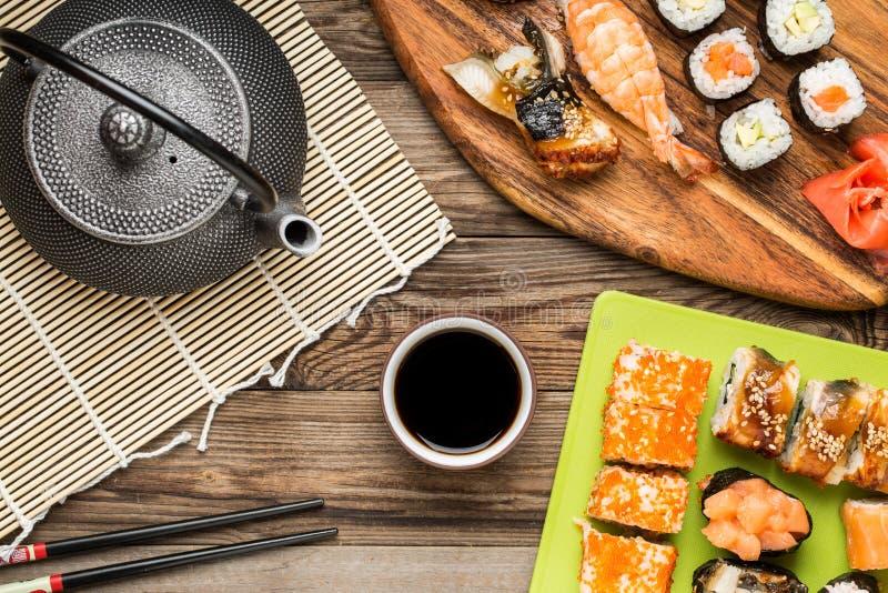 Alimento asiatico, rotoli di sushi, nigiri, maki con la salsa di soia immagini stock