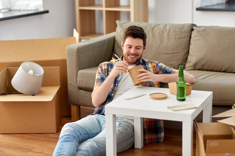 Alimento asportabile mangiatore di uomini sorridente a nuova casa immagini stock libere da diritti