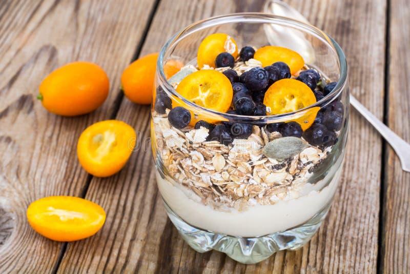 A alimento-aveia dietética e da aptidão lasca-se com mirtilos e leite fotos de stock royalty free