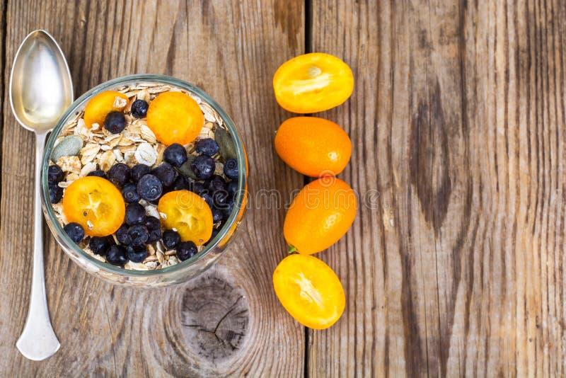 A alimento-aveia dietética e da aptidão lasca-se com mirtilos e leite imagens de stock royalty free