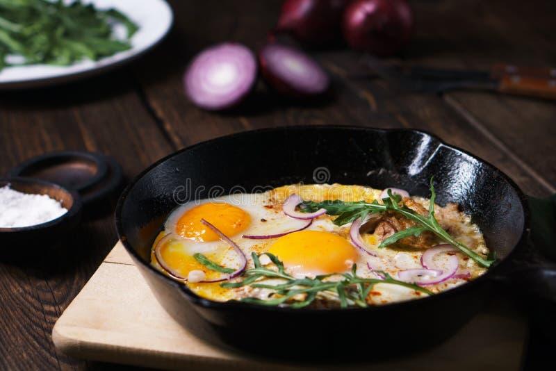 alimento barato caseiro, ovos e bacon na bandeja imagens de stock