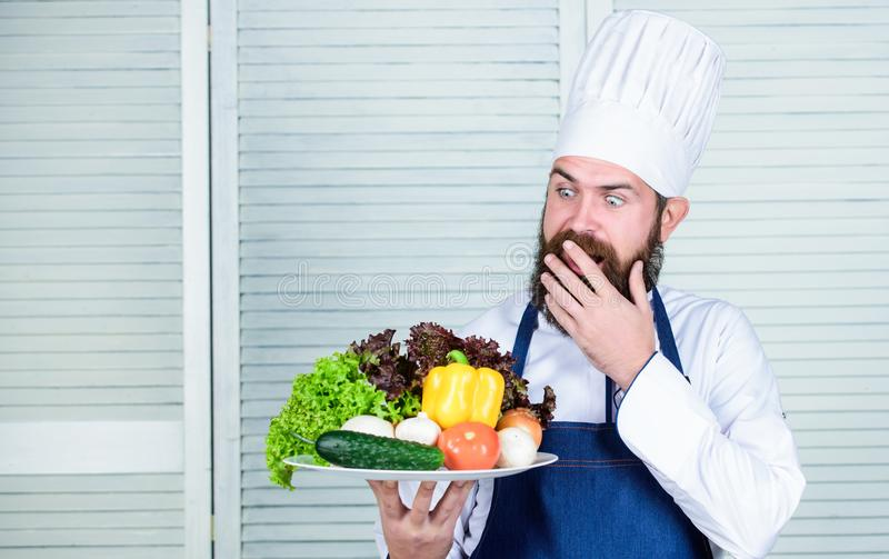 Alimento biológico de dieta Culinária culinária vitamina Cozimento saudável do alimento Moderno maduro com barba Vendas assistent fotos de stock royalty free