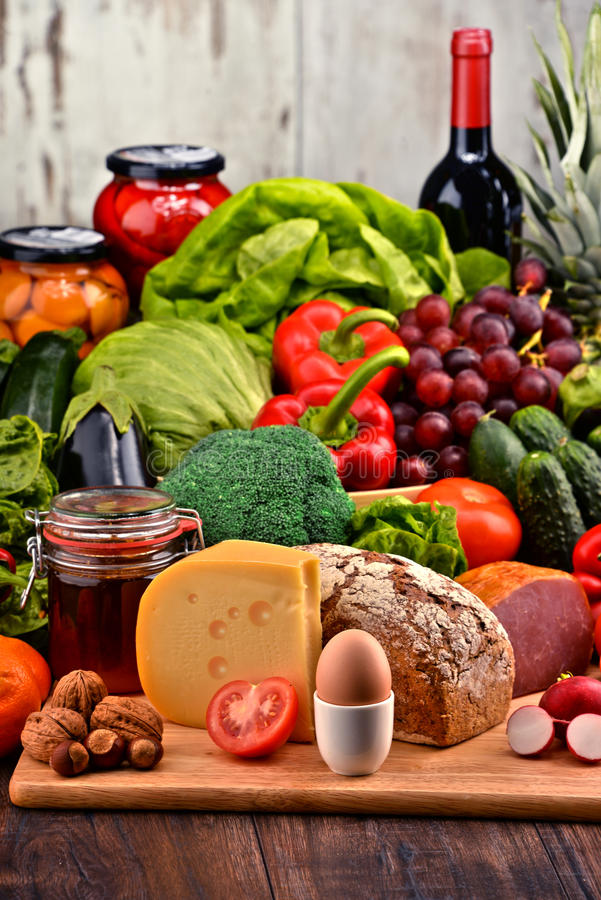 Alimento biológico incluyendo lechería y la carne del pan de la fruta de las verduras fotos de archivo