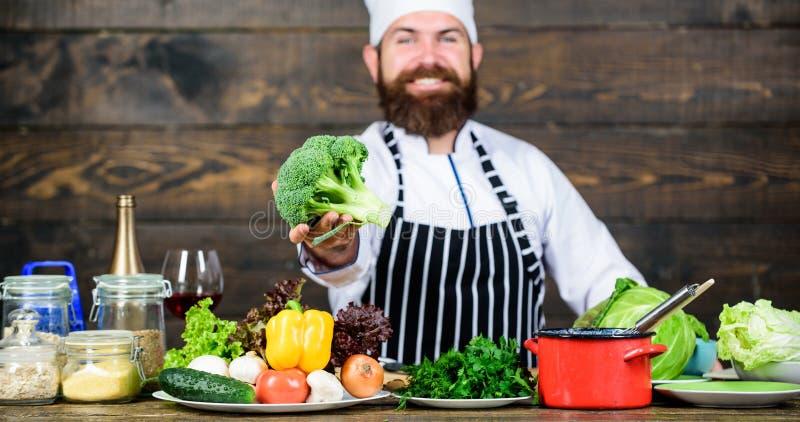 Alimento biológico Ingredientes frescos somente Refeição do vegetariano Homem que cozinha legumes frescos Conceito culinário da r foto de stock