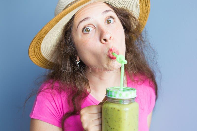 Alimento biológico Mulher comendo saudável que bebe o suco vegetal da desintoxicação verde crua fresca Estilo de vida saudável, r imagens de stock royalty free
