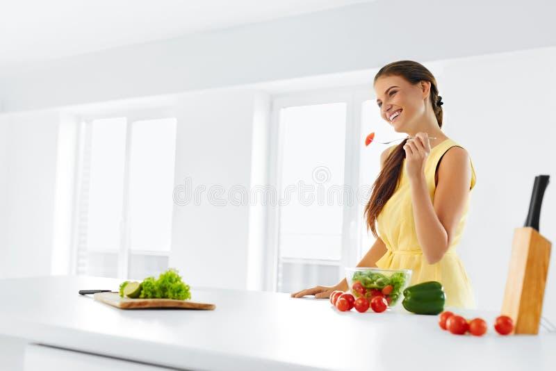 Alimento biológico Mulher que come a salada vegetal Estilo de vida saudável, D imagens de stock royalty free
