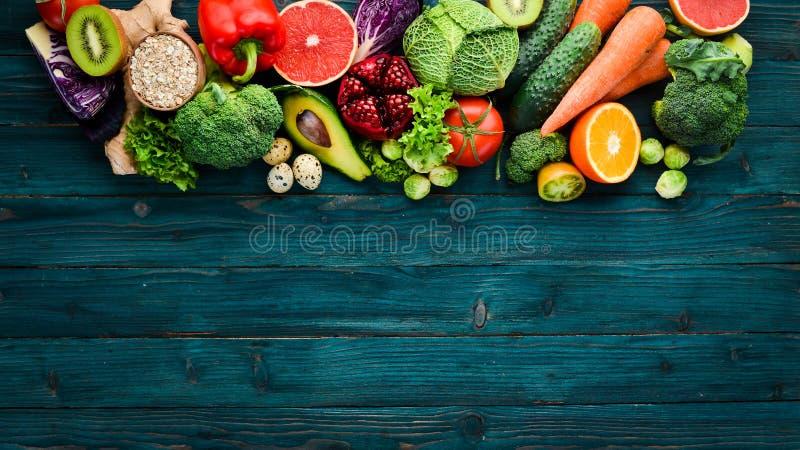 Alimento biológico sano en un fondo de madera azul Veh?culos y frutas fotografía de archivo