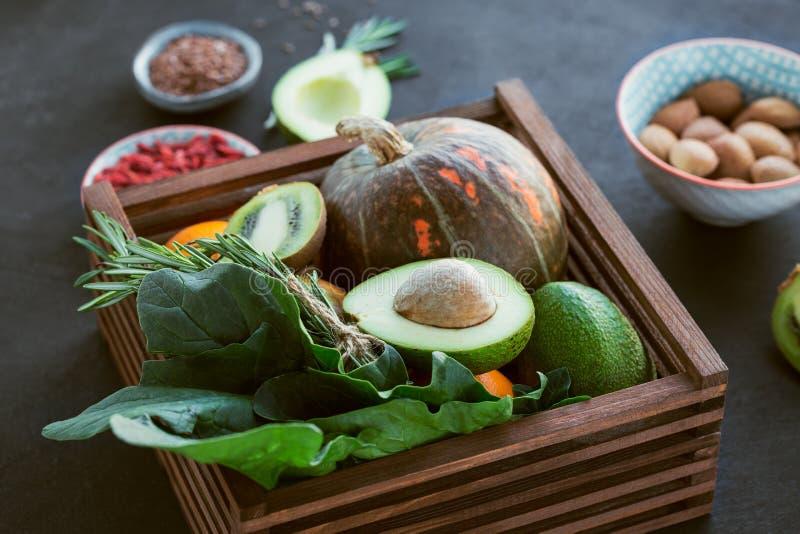 Alimento biológico saudável do fazendeiro: fruto, vegetais, sementes, superfood fotos de stock