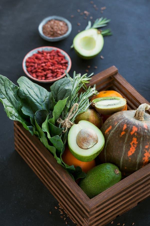 Alimento biológico saudável do fazendeiro: fruto, vegetais, sementes, superfood fotografia de stock
