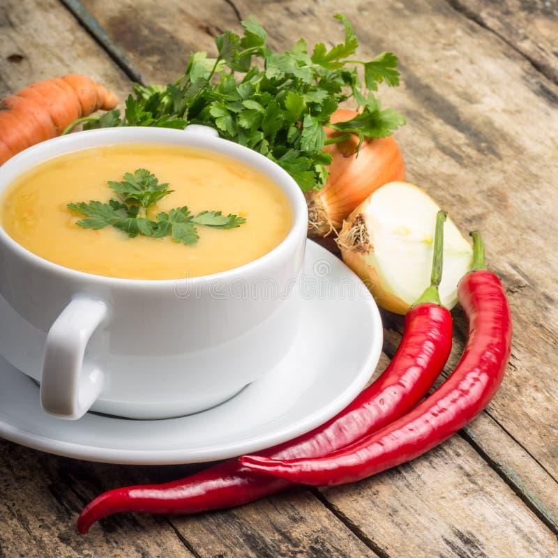 Alimento biológico Sopa de guisantes con las verduras alrededor en el fondo de madera imagen de archivo libre de regalías