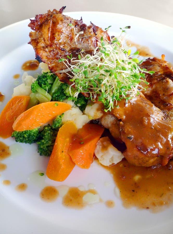 Alimento biológico - tajada y vehículos del pollo fotografía de archivo