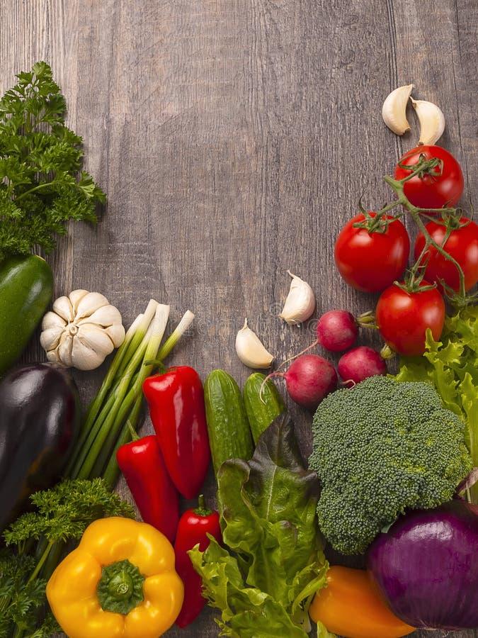 Alimento biológico Verduras frescas en la tabla de madera fotografía de archivo