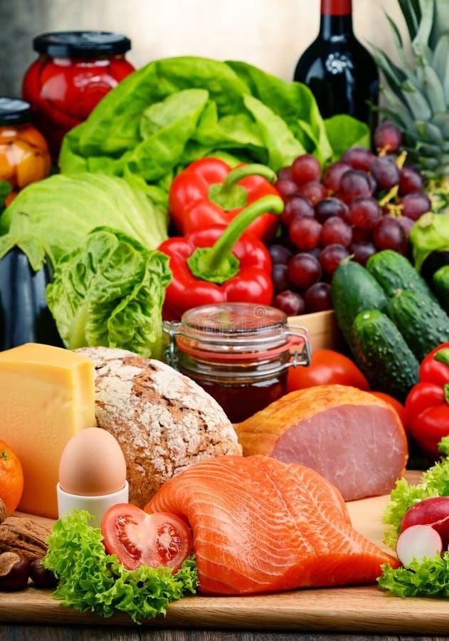 Alimento biologico compreso le verdure, la frutta, il pane, la latteria e la carne fotografia stock