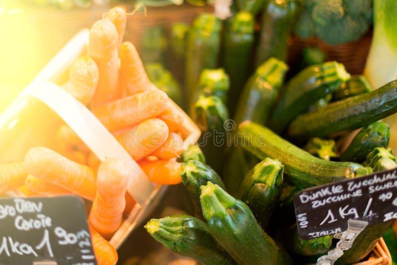 Alimento biologico fresco al servizio locale dei coltivatori fotografia stock libera da diritti