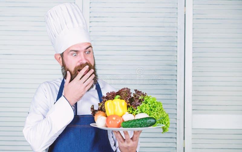Alimento biologico stante a dieta Cucina culinaria vitamina Cottura sana dell'alimento Pantaloni a vita bassa maturi con la barba fotografie stock