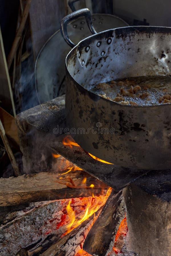 Alimento brasileiro que está sendo preparado no fogão de madeira velho e popular imagens de stock royalty free