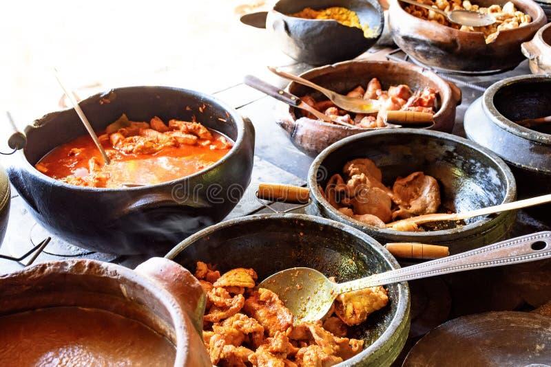 Alimento brasileiro tradicional que está sendo preparado em uns potenciômetros de argila foto de stock royalty free