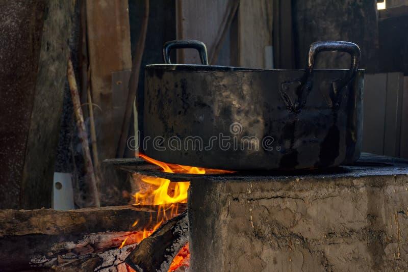 Alimento brasileiro tradicional que est? sendo preparado no fog?o de madeira velho e popular fotos de stock